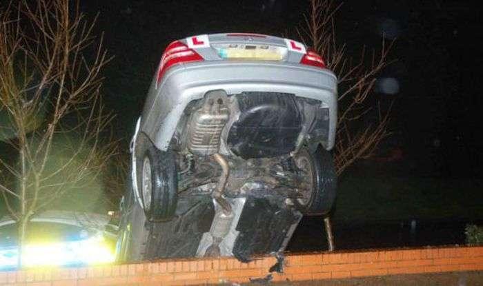 Панночка припаркувала машину на стіні після уроку водіння (4 фото)