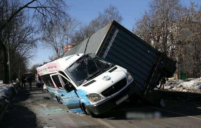 Контейнер впав на маршрутне таксі (4 фото)