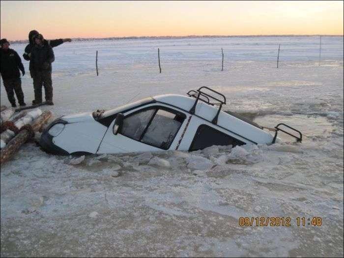 Невдала льодова переправа через річку (6 фото)