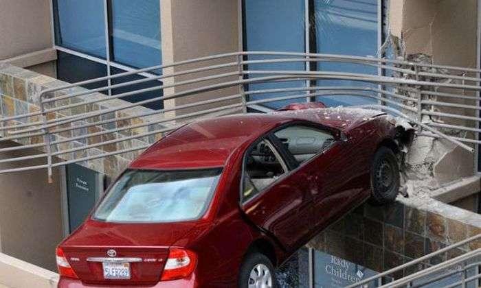 Припаркувала автомобіль в повітрі на висоті 6 метрів (14 фото)