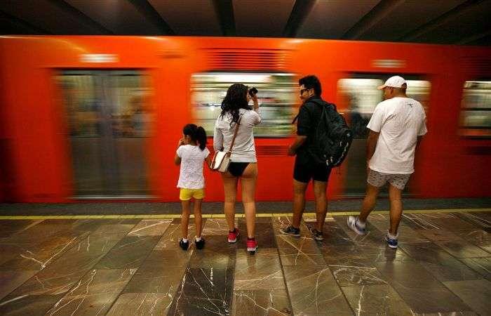 Поїздка на метро в нижній білизні (30 фото)