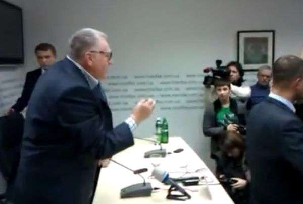 Журналістка закидала Жириновського квашеною капустою (3 фото + відео)