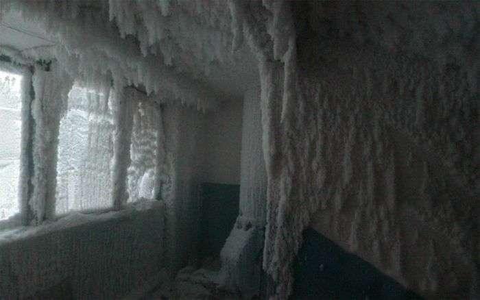 Підїзд житлового будинку при -59°C за вікном (6 фото)