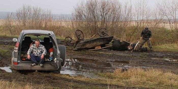 Якщо позашляховик застряг у багнюці в селі (3 фото)