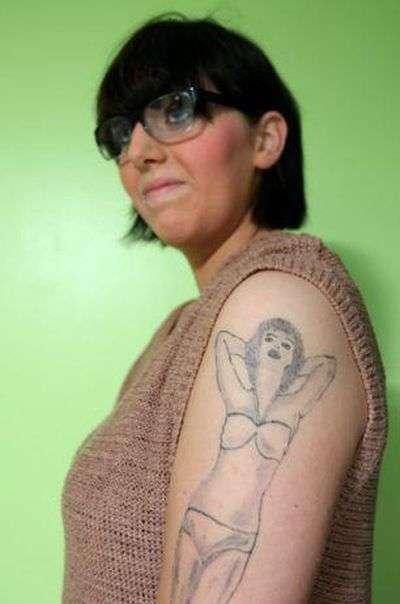 Татуювання у вигляді дівчини в бікіні (4 фото)