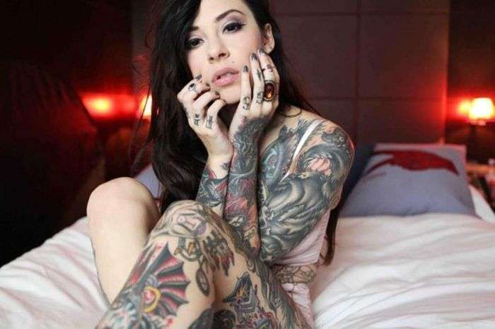 Симпатичні дівчата з яскравими татуюваннями (60 фото)
