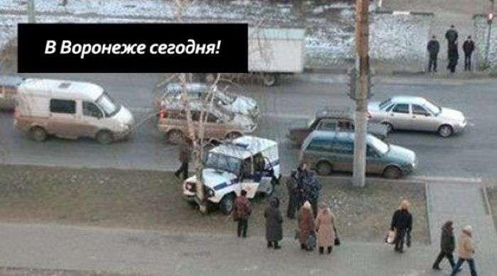 Суворий поліцейський УАЗик (2 фото)