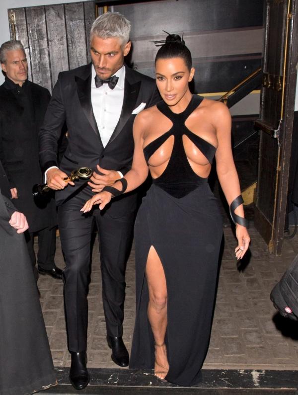 Ким Кардашьян удивила Голливуд своим откровенным платьем Всячина