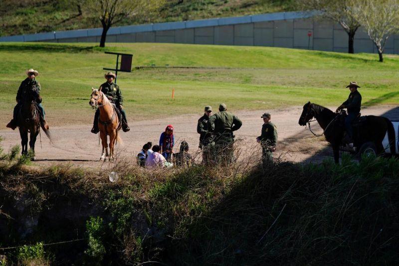 Американские пограничники ловят в реке мексиканцев МиР