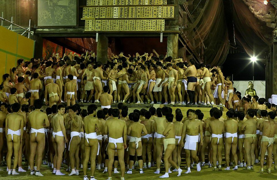 Тысячи полуголых японцев поборолись за пару священных палочек МиР