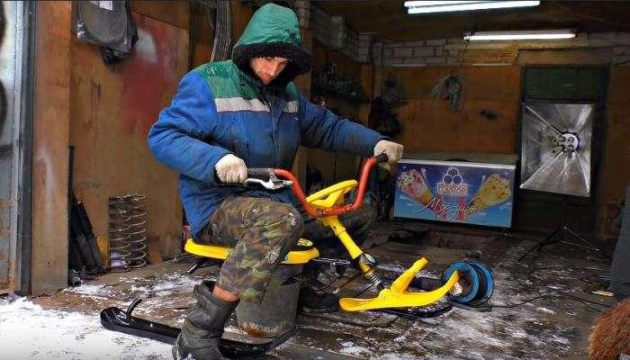 Энтузиаст с золотыми руками сделал снегоход из старых санок и мотора бензопилы авто