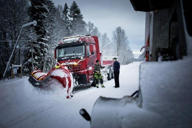 Снегоуборочная машина из центральной Швеции - проезжает в сутки 1000 км, грузовик мощностью 578 л.с. и грузовые шины с шипами авто