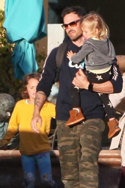 Меган Фокс и Брайан Остин Грин на семейном шопинге вместе с подросшими сыновьями Звездные дети