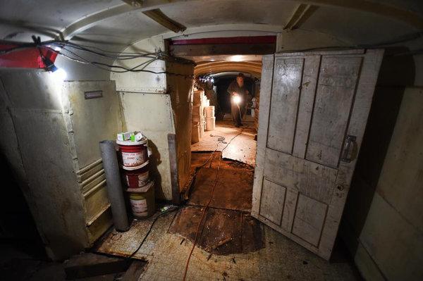 Мужчина закопал 42 автобуса, чтобы сделать из них подземное убежище культура