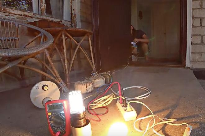 Скачки электричества: как быстро выйдет из строя техника лампочка