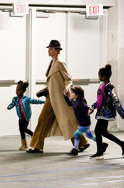 Шарлиз Терон в кино с дочерью и сыном: свежие фото подросших детей актрисы Звездные дети