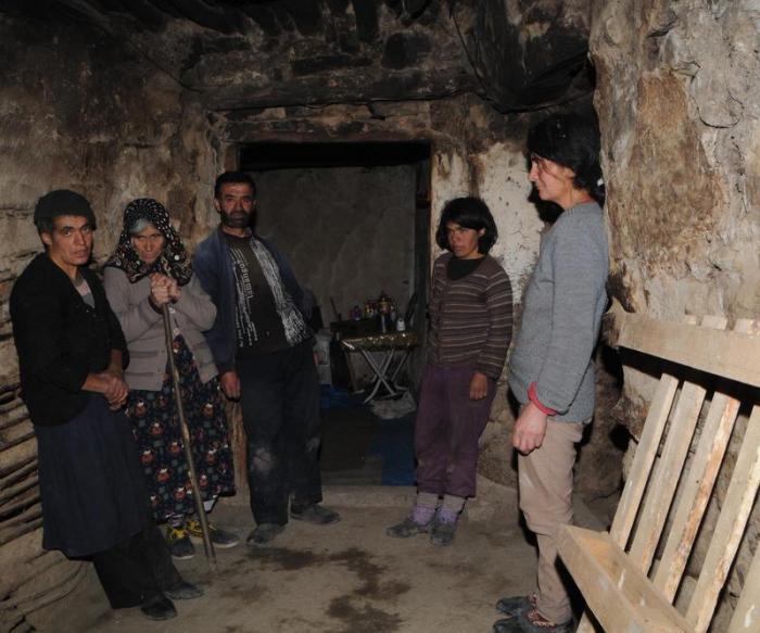 Пещерные люди: большая семья 80 лет живет вдали от цивилизации жизненное