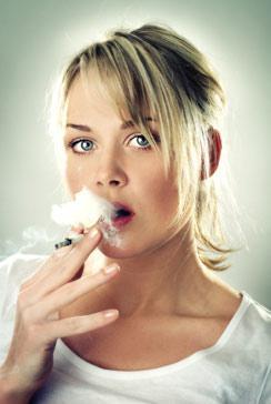 Сигарета в женских руках — опасное оружие