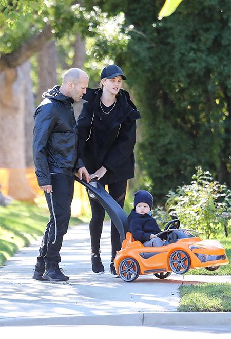 Папа научит: Рози Хантингтон-Уайтли и Джейсон Стэтхем на прогулке с сыном Дети / Дети знаменитостей